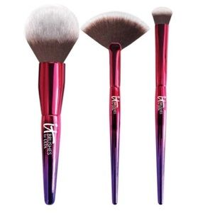 It Cosmetics Brushes + Clutch